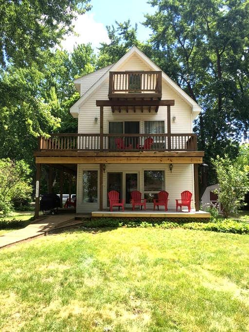 Renovated Lakehouse w/Beach, Water Slides & Kayaks - Pinckney