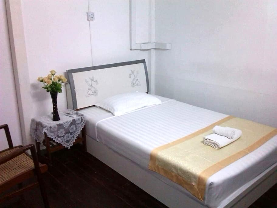 Single with shared bathroom 2 - Yangon - Bed & Breakfast