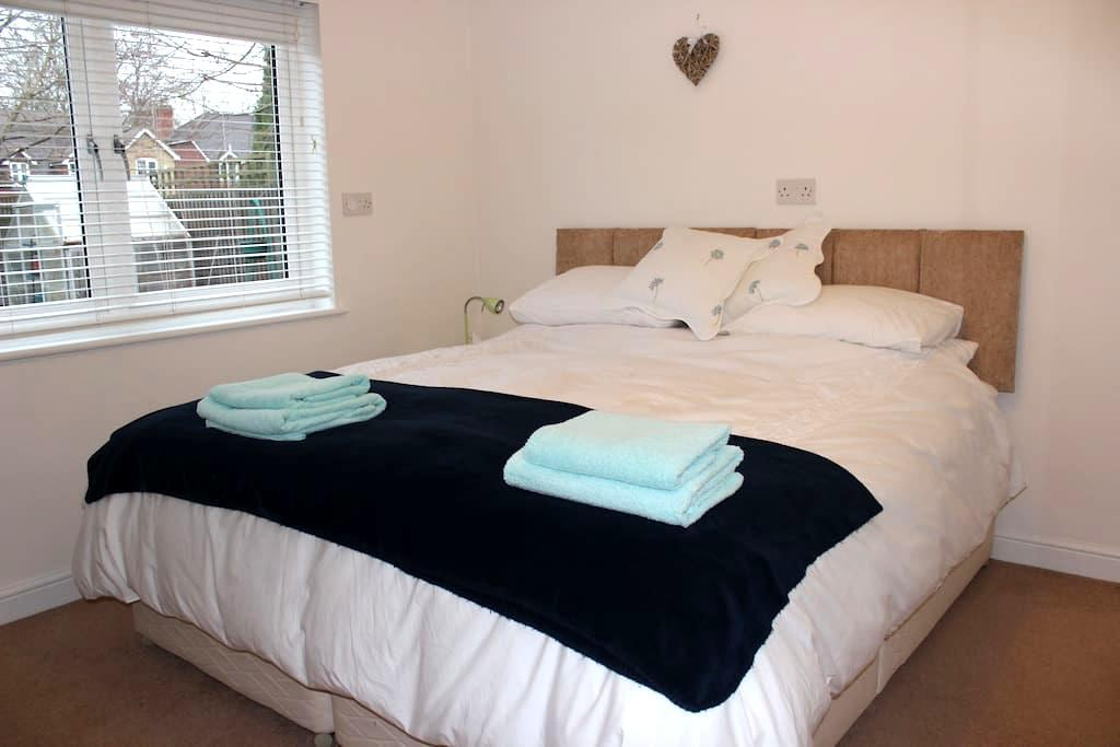 Bright Ensuite Double Room , Esher - Esher - Hus