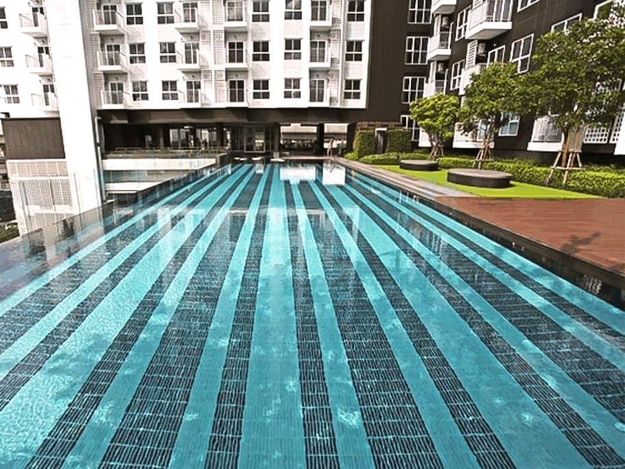 Spacious private corner 1BR + wifi washer & dryer - Bangkok - Appartement