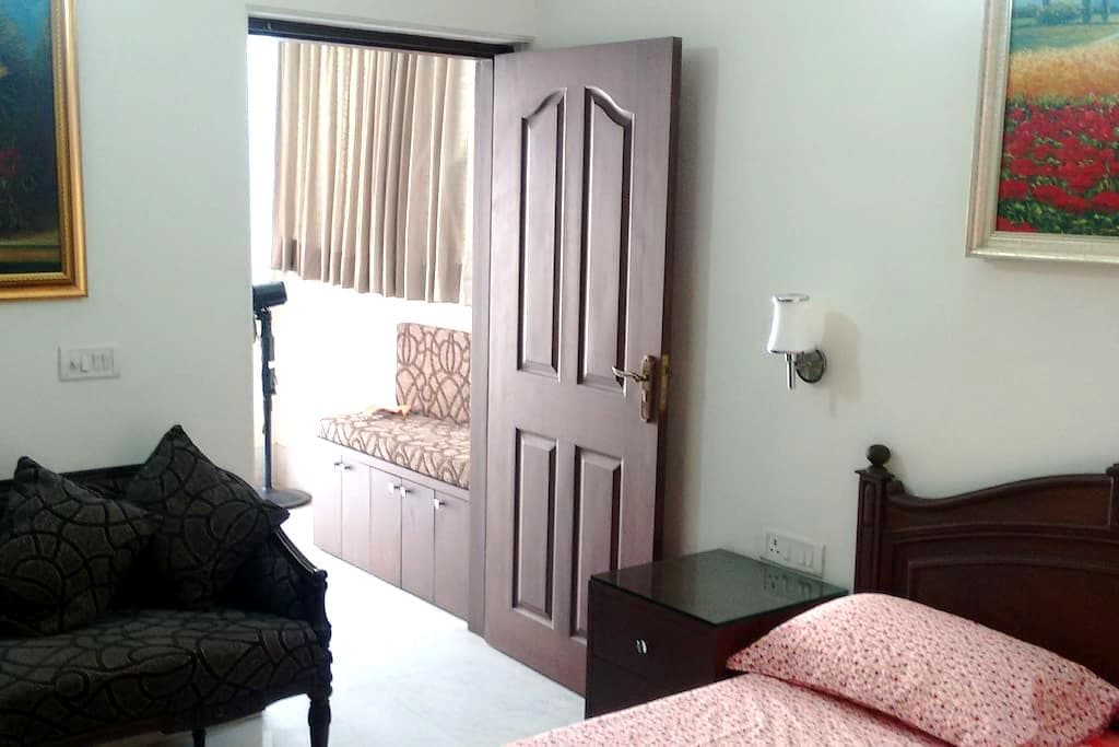 Tasteful Upscale Apartment with Quality Furnishing - New Delhi - Apartment