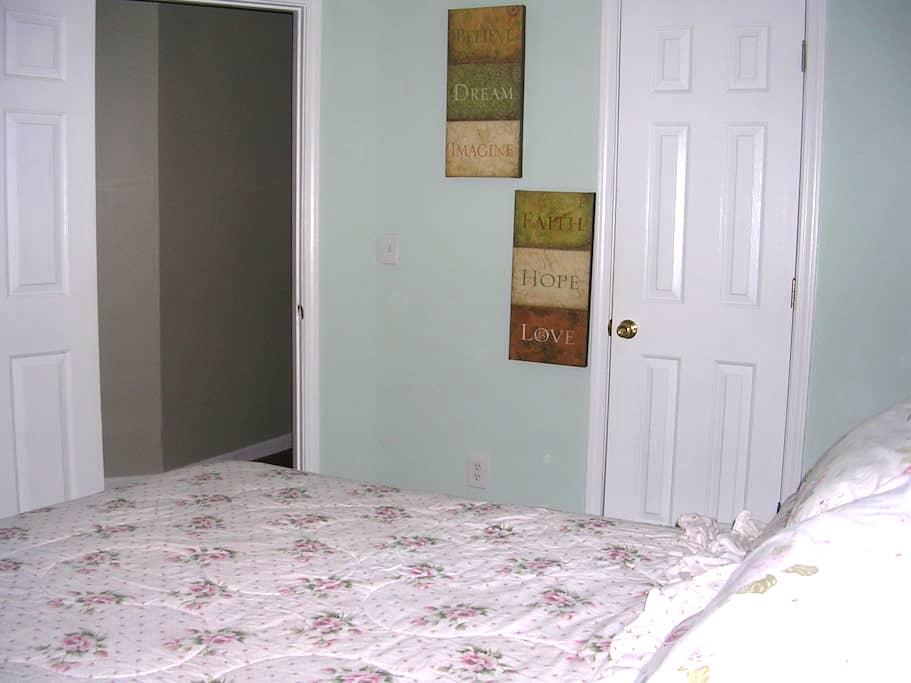 Clean Room, Queen Bed, Pool & Wi-Fi - Douglasville