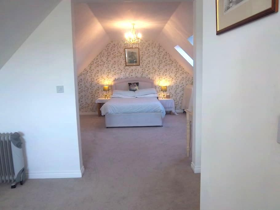 Gigantic room with own sitting area - Hampshire