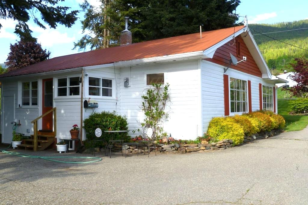 2BR Guest House On Cherry Farm - Wynndel - House