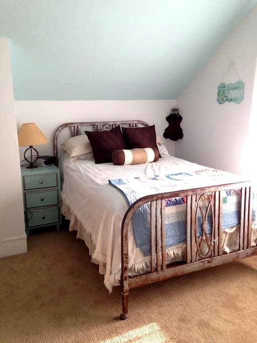 Antique sunny room amazing shower - Ardmore - House