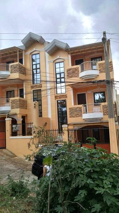 Newly built 3 storey duplex house @ Montebello Rd. - Baguio City - Casa