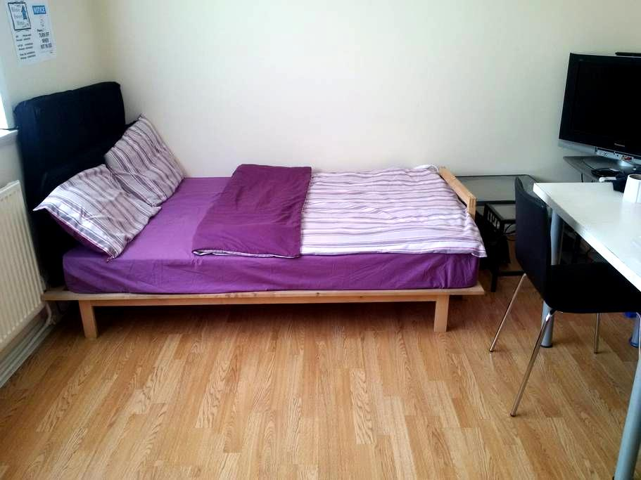Cozy Bed in LIVING ROOM ->Traveller - Manchester - Hus