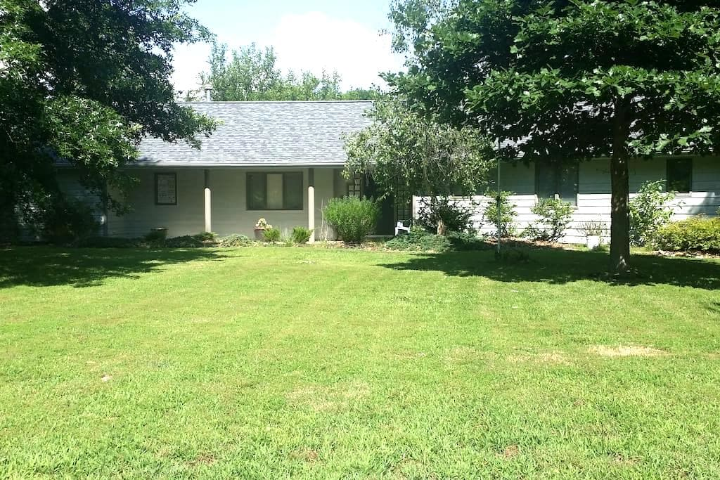 Lowkey Oasis Room with Private Bathroom & More - Carbondale - Dom