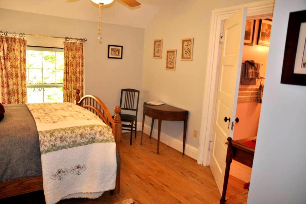 "1880 Victorian Brick B&B ""Buckeye Room"" - Oberlin - 家庭式旅館"