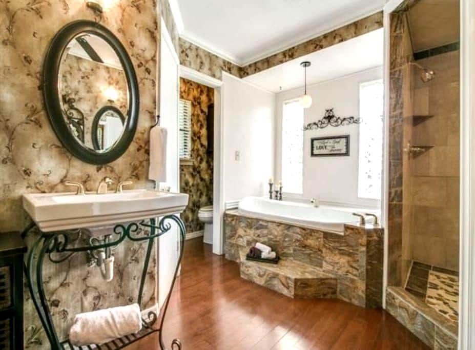 Large jetted tub for just you or 2! - Rockwall