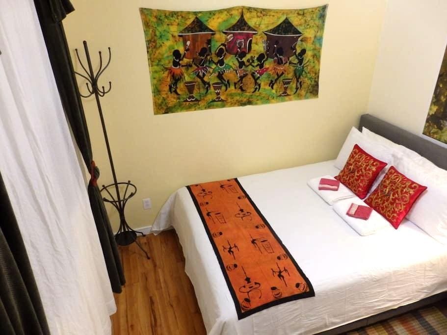 African room w/queen bed - close to transportation - Shoreline