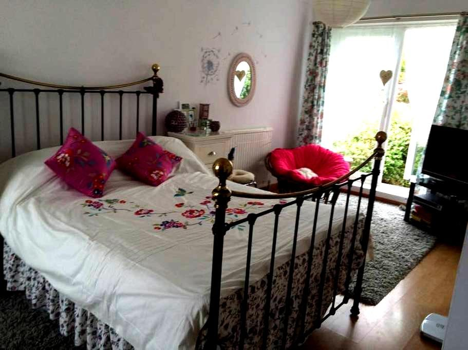 """Goldilocks peaceful """"chilled out"""" accommodation - Cubert - Bungalow"""