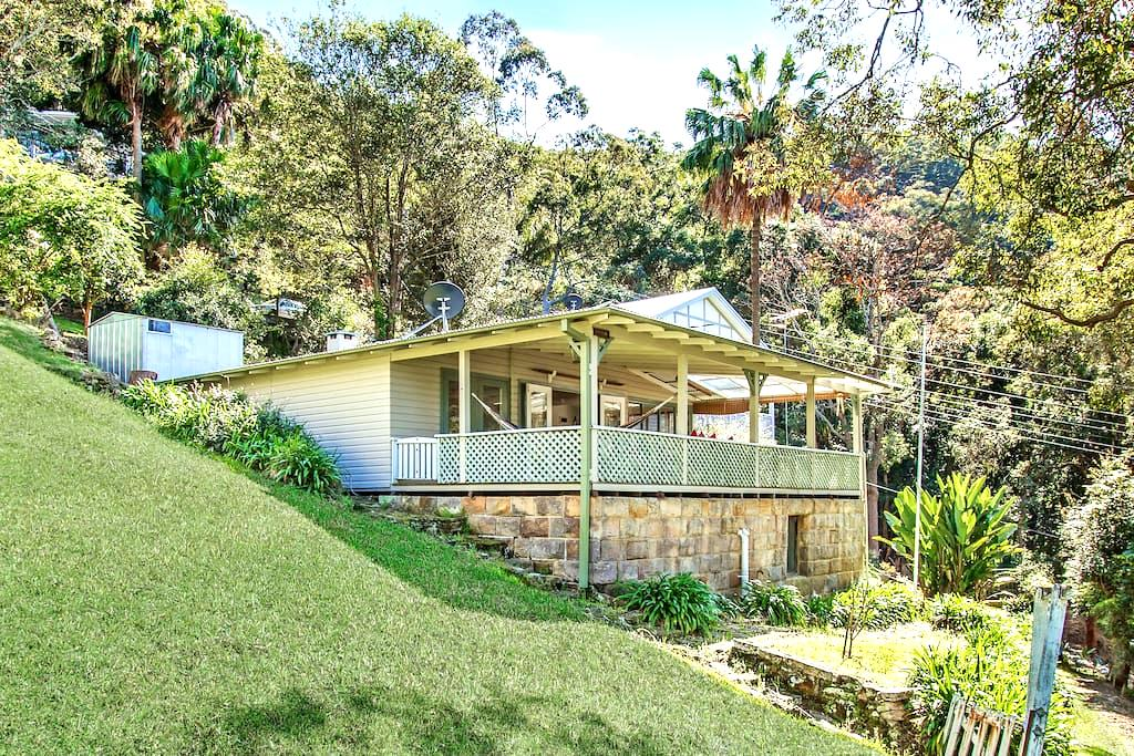 Unique hillside retreat overlooking Patonga Beach. - Patonga - บ้าน