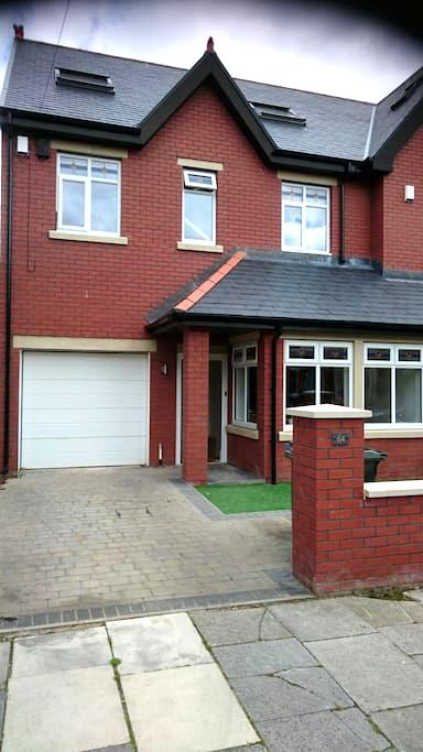 2 rooms available in modern house - Whitley Bay