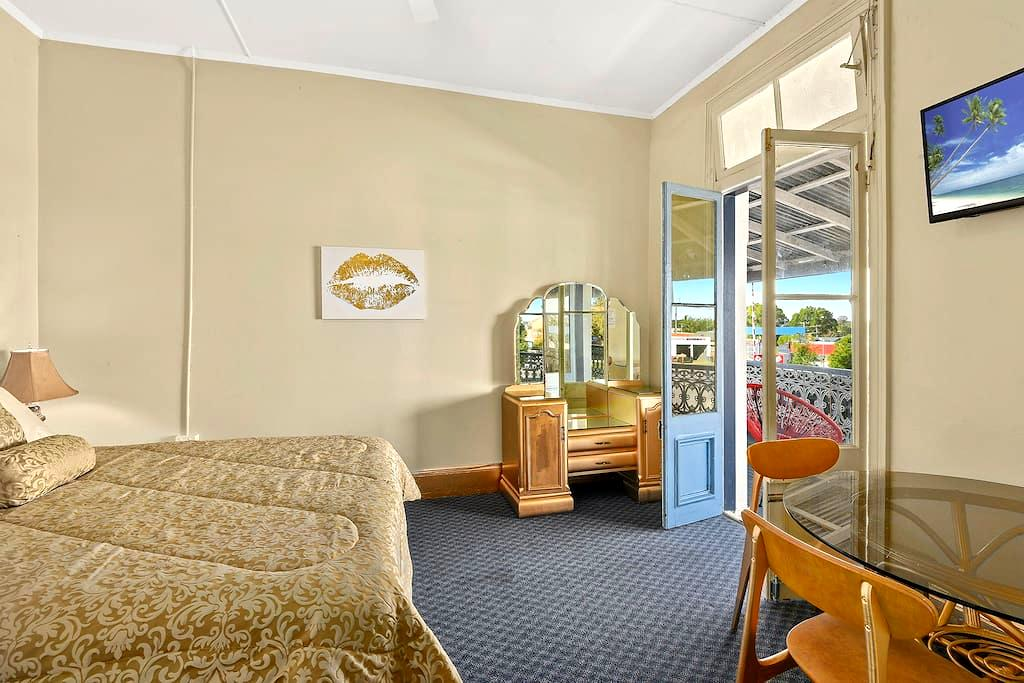 Gold themed Queen Room in Hotel - West Kempsey - Guesthouse