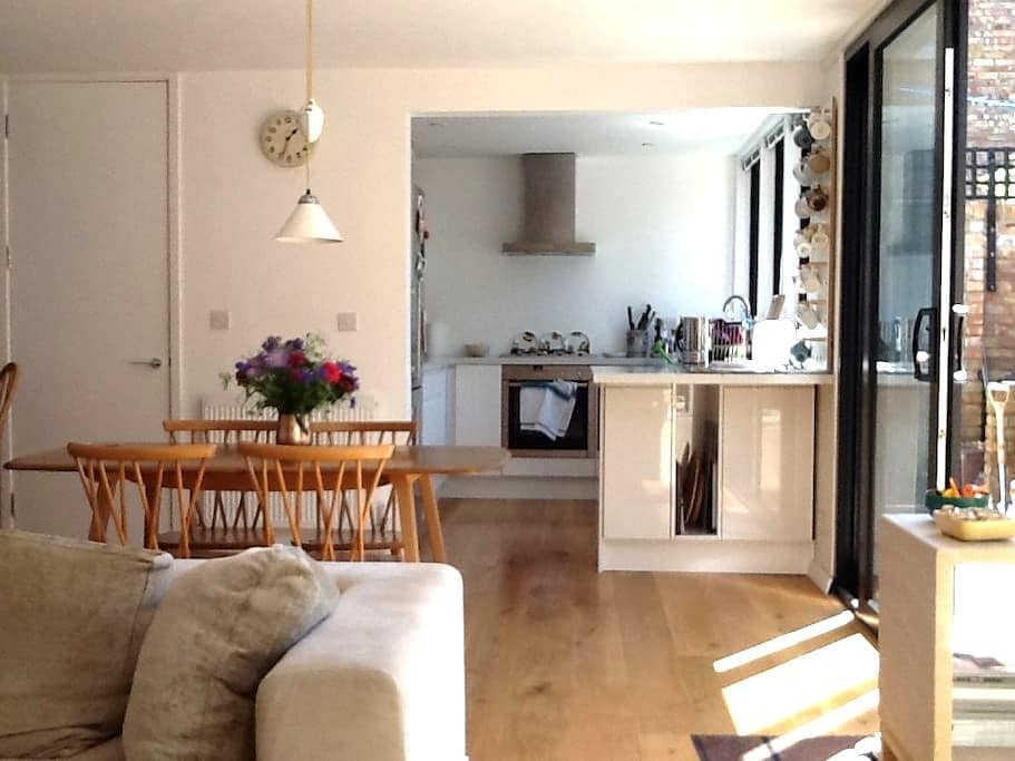 Light filled 60s house in Cotham  - private room - Brístol - Bed & Breakfast