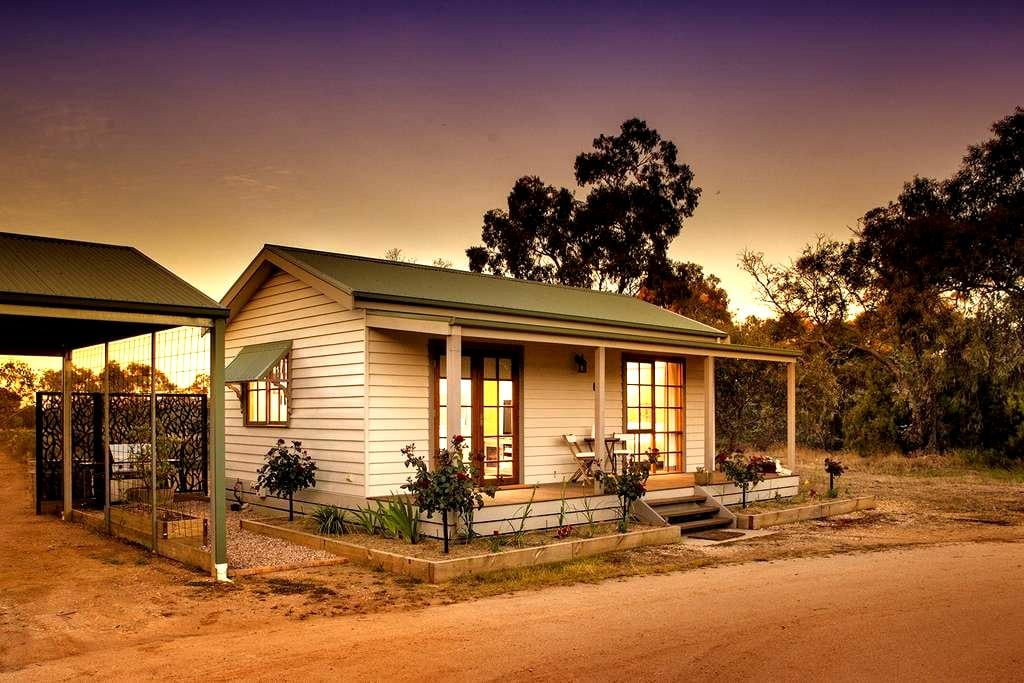 Cozy 1 BR Cottage, 10 mins to Bendigo CBD, WiFi - Junortoun - 小平房