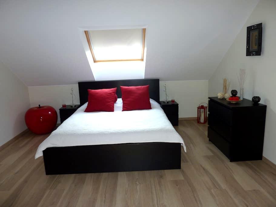 Belle chambre spacieuse avec coin télé et bureau - Piseng - Hus