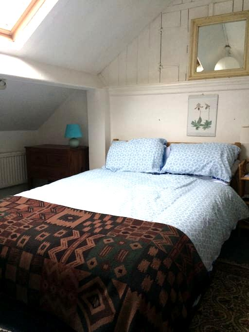 Large, sunny attic room near University - Aberystwyth - House