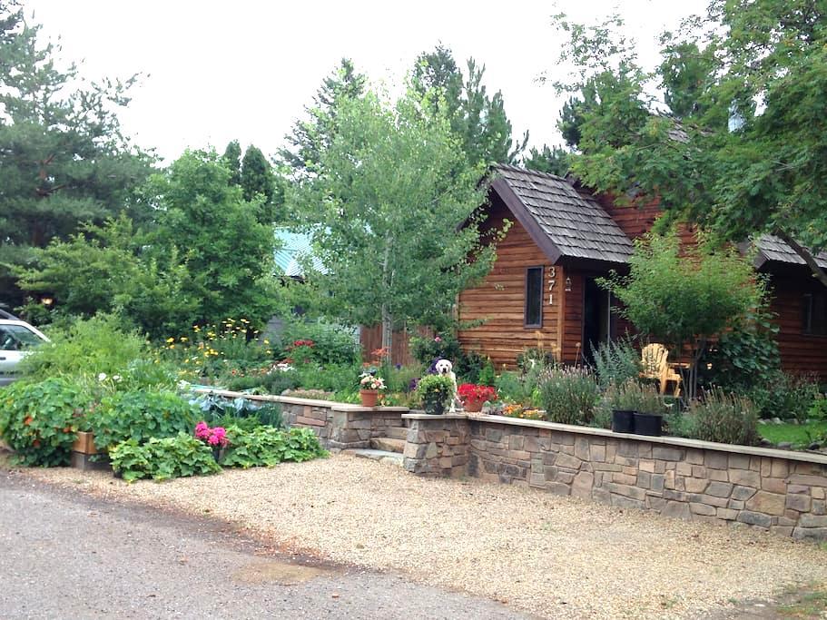 Gardens surround, comfy cedar home - Columbia Falls - Ev