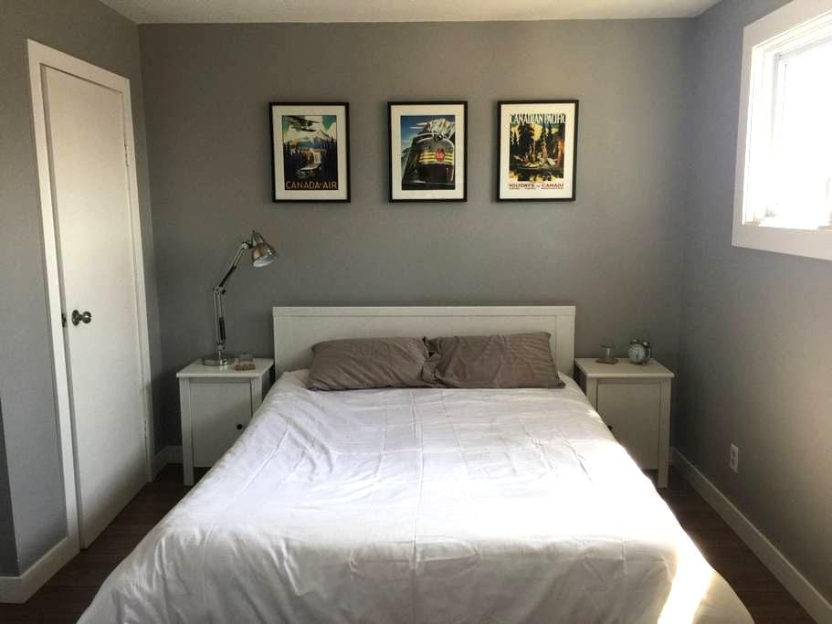 Large room w/couch and TV - Thunder Bay - Ev