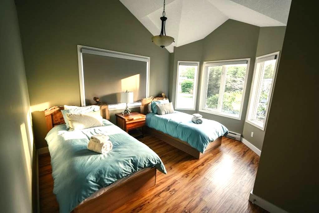 Red Cedar Retreat: 2 Beds+Hot Tub - Tofino - House