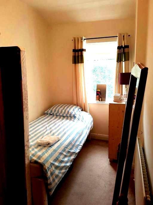 Single Room, Nr Town/ Astra Zeneca/ Closeby Canal - Macclesfield - Casa