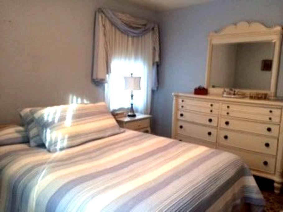 Bedroom/bath in quiet home - Towson - Ev
