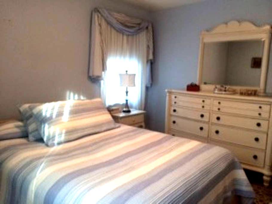 Bedroom/bath in quiet home - Towson - Hus