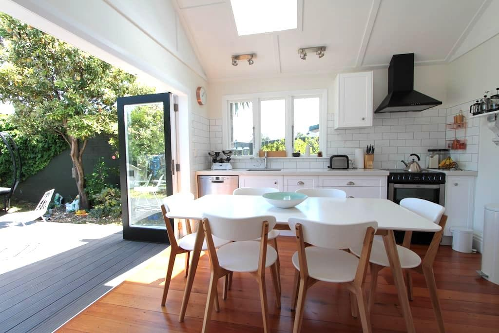 Moments to the beach, minutes to the city - Lower Hutt - House