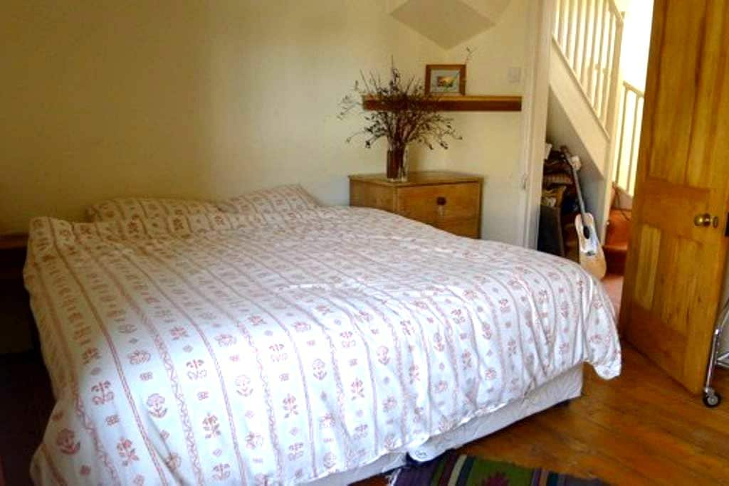 Living Lightly Accommodation-Room 1 - Totnes - Bed & Breakfast