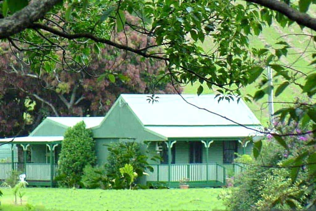 Serene, historic country cottage. Stay on own farm - Crystal Creek - Domek parterowy