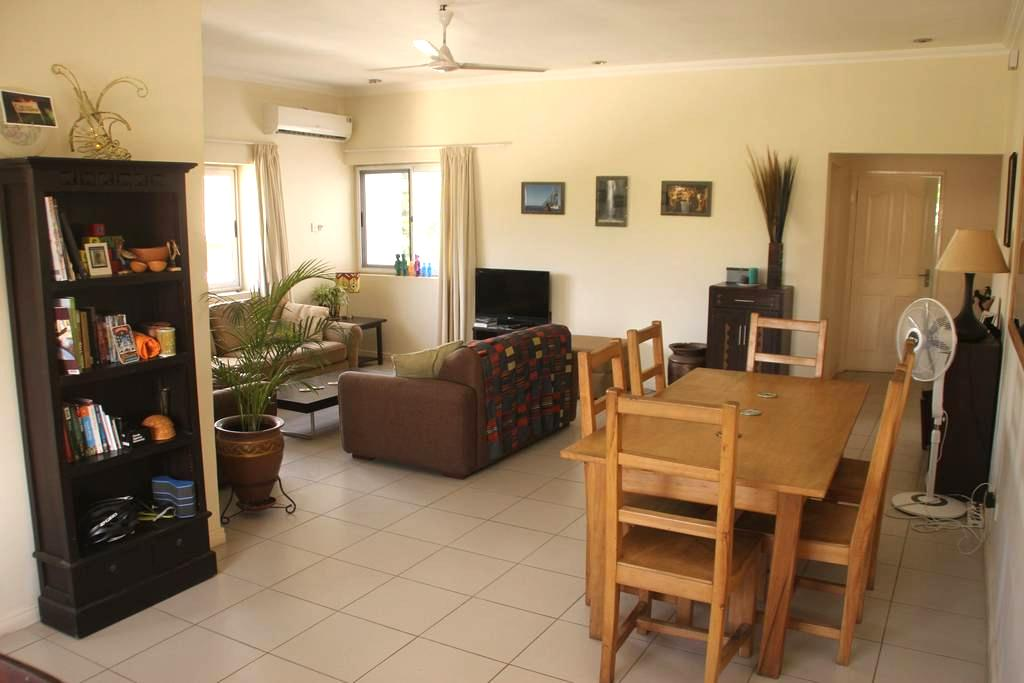 Sunny, spacious, cosy flat in Osu - Accra