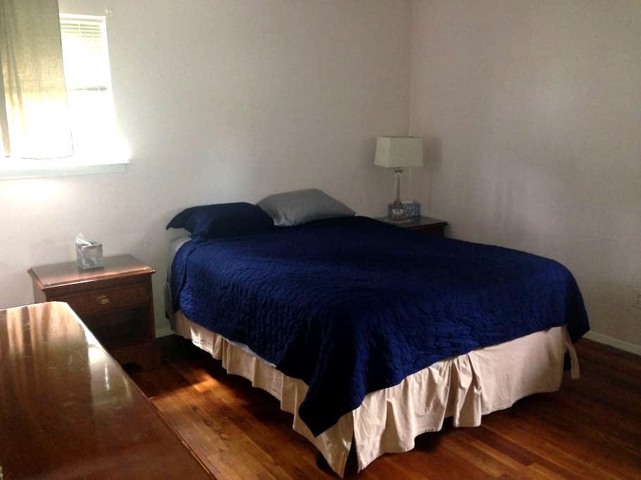 Sunny Room in Modest Home - Deer Park - Casa