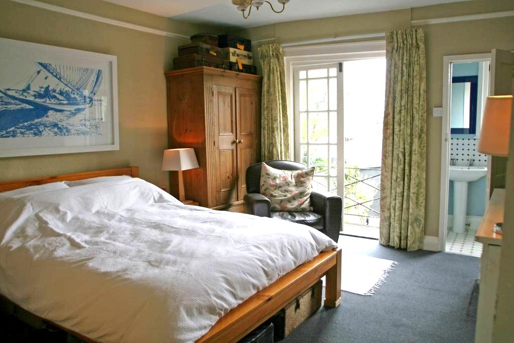 Balcony guest room - friendly family home in Cowes - Cowes - Hus