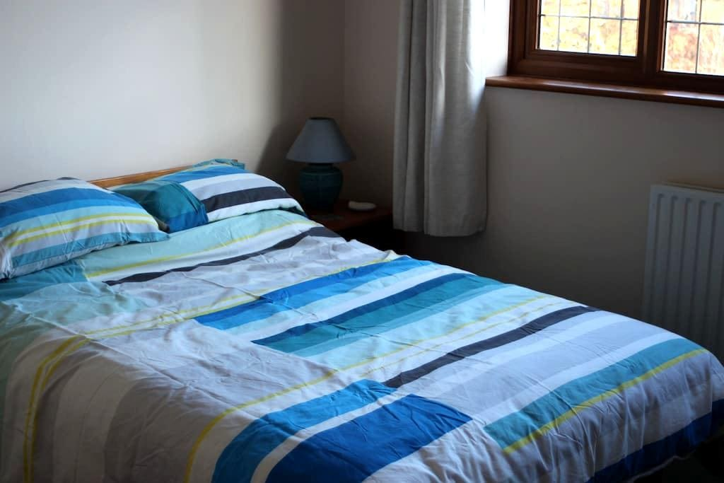 Lovely double bedroom in Milton Keynes - Milton Keynes - บ้าน