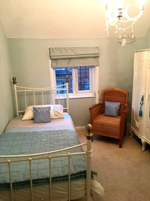 Two single rooms, private bathroom in Herne Bay - Herne Bay - House