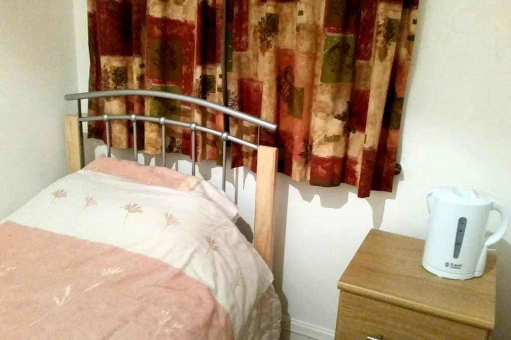 Single room nr statione, 23 mins to Westfield - Enfield - House