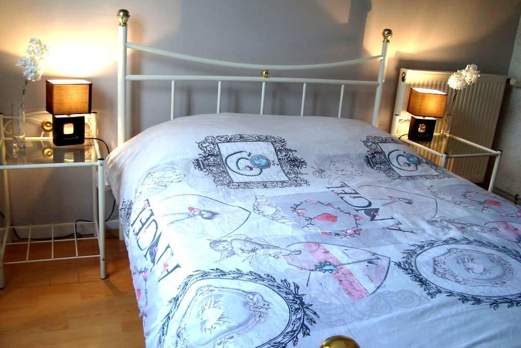 2 chambres ds maison à 5 mn d 'Alençon + lit bébé - Damigny - บ้าน