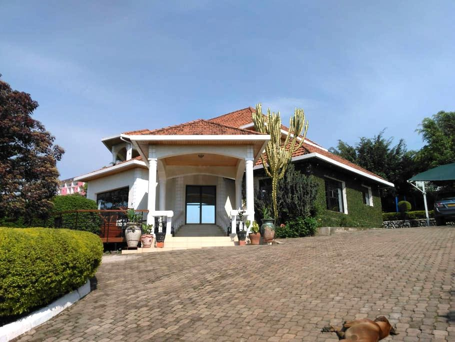 4. Double Bedroom in a Spacious and Quiet Home - Kigali - Ev