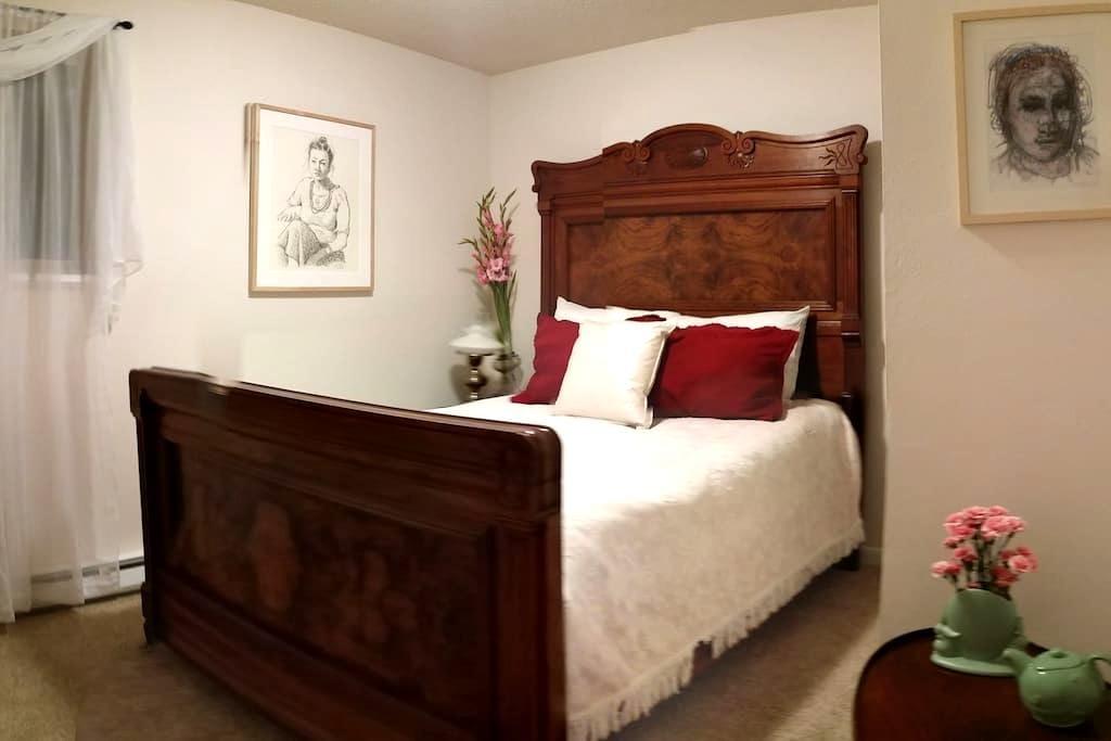 The Chelsea - East Lake Room - Redmond - Hus