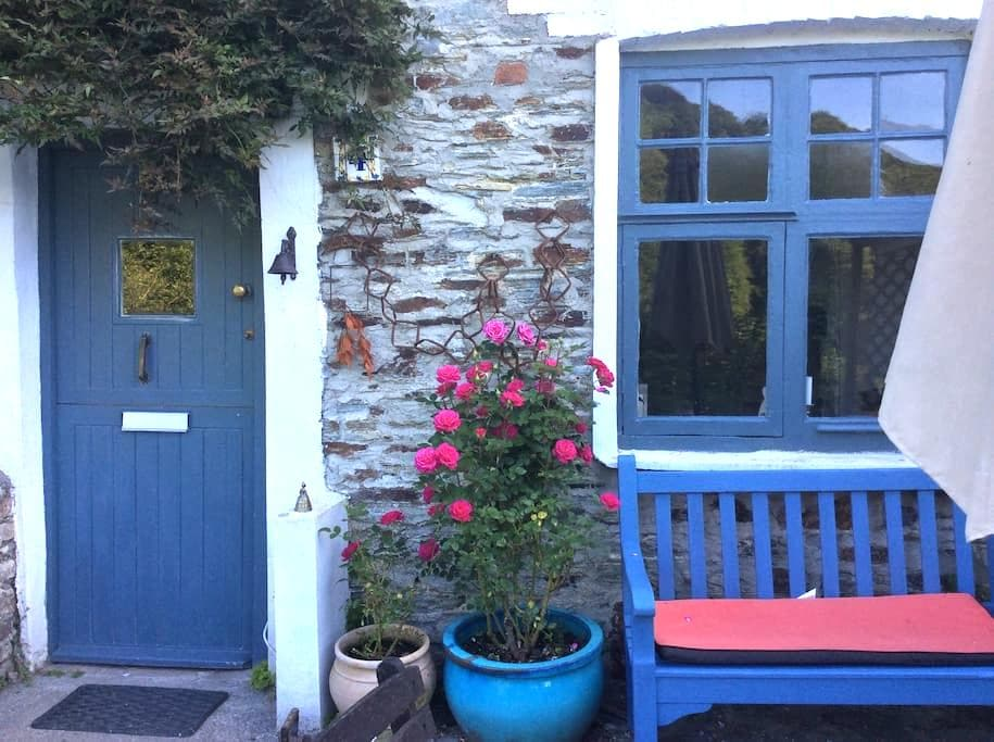 Double Bedroom in Charming Cottage - Calstock  - Ev