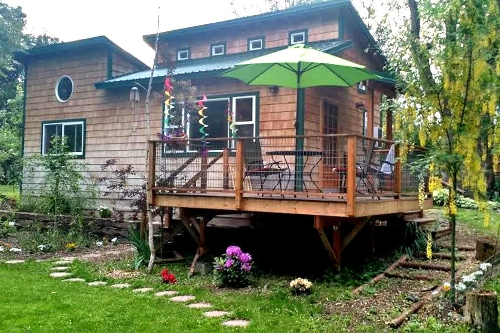 Lovely Okanogan River Cabin - Tonasket - Bed & Breakfast