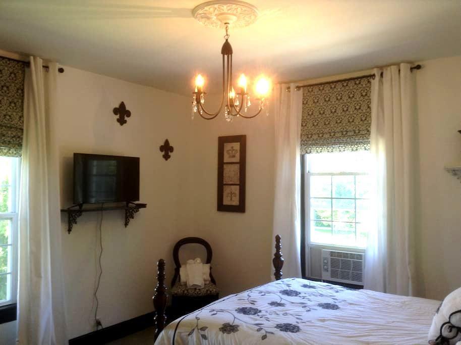 Bella Mia B&B    Black & White Room - Spring Lake - House