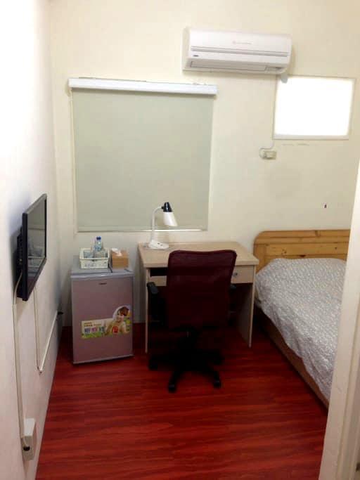 提供單人房住宿,夢想是有個便宜乾淨的理想住宿。 - 永康區 - Sala sypialna