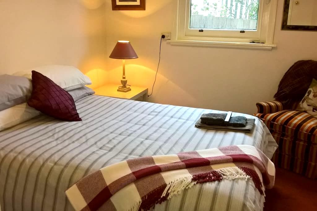 Cozy double room in private guests' wing. - Glen Iris - Dom