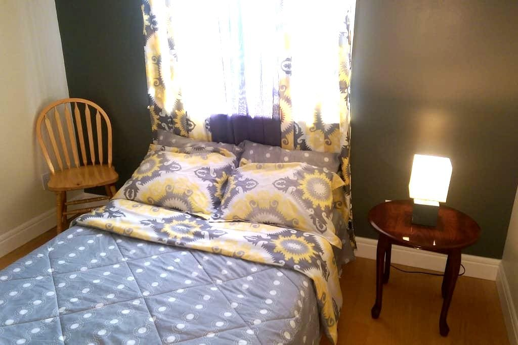Clean and Cosy Private Bedroom - St. John's - Hus