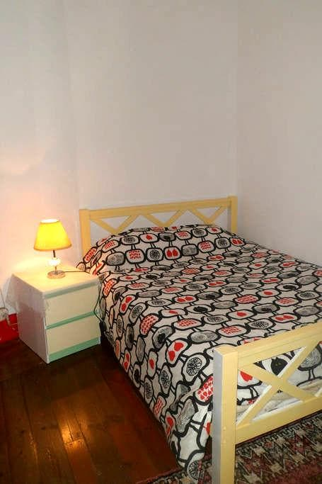 Room close to Praça da República - Коимбра