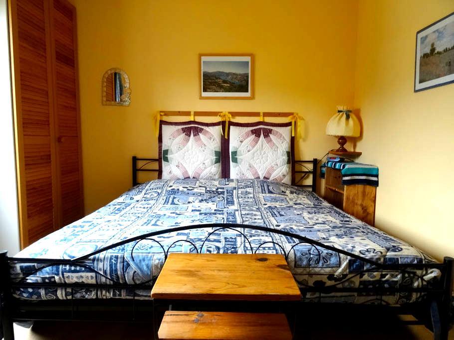 jolie chambre, TV, WIFI, véranda et petit-déjeuner - Gréoux-les-Bains