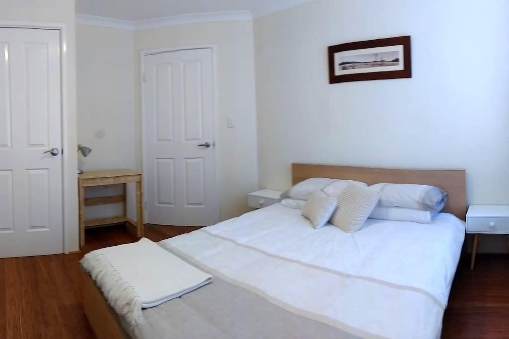 Modern double room near East Vic Pk & Curtin Uni - Saint James